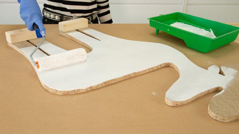 Aplicación de esmalte al agua blanco para pintar el reno