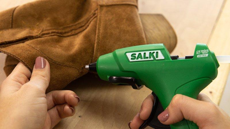 Poner silicona en las botas para pegar los accesorios boho chic.