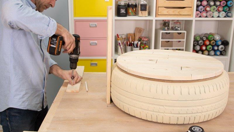 Colocar los tornillos en las tablas que irán colocadas como respaldo del asiendo hecho con neumático.