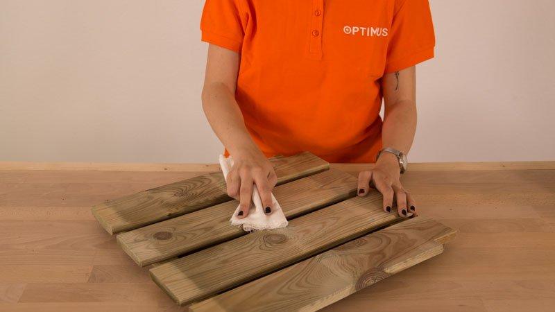 Retirar el polvo de la madera tras lijar con un trapo húmedo