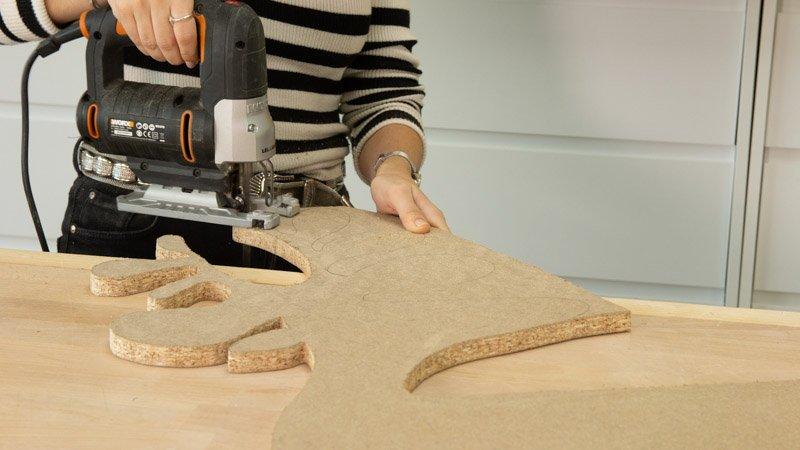 Sierra de calar cortando la madera para crear el reno