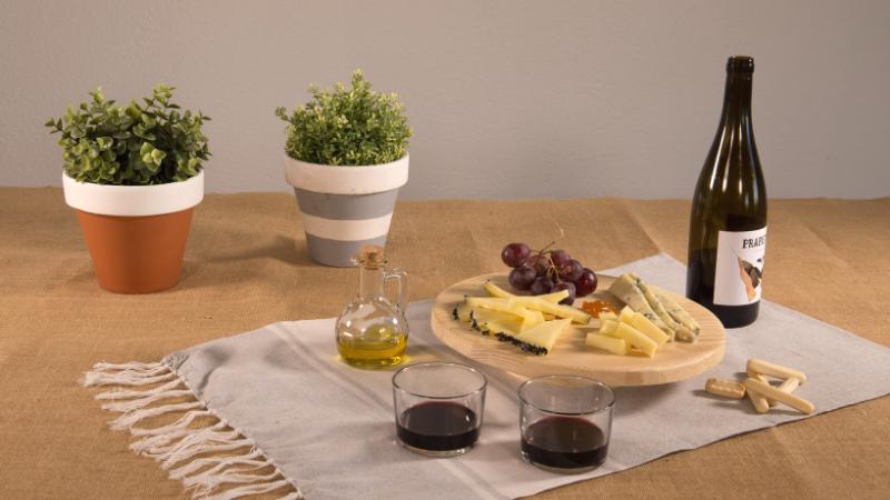Tabla de quesos DIY con vino y pan