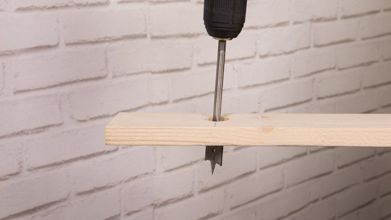 Haz los agujeros en la madera