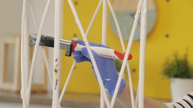 Aplicar decapante al paragüero para quitar la pintura