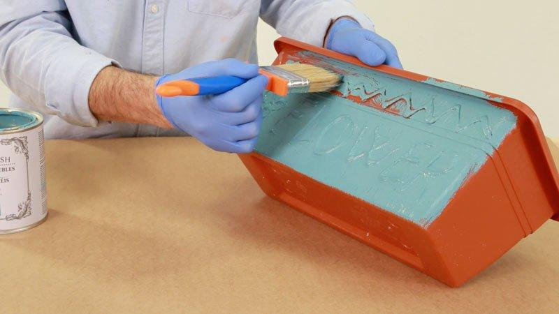 Aplicacion de chalk paint sobre la maceta de plastico