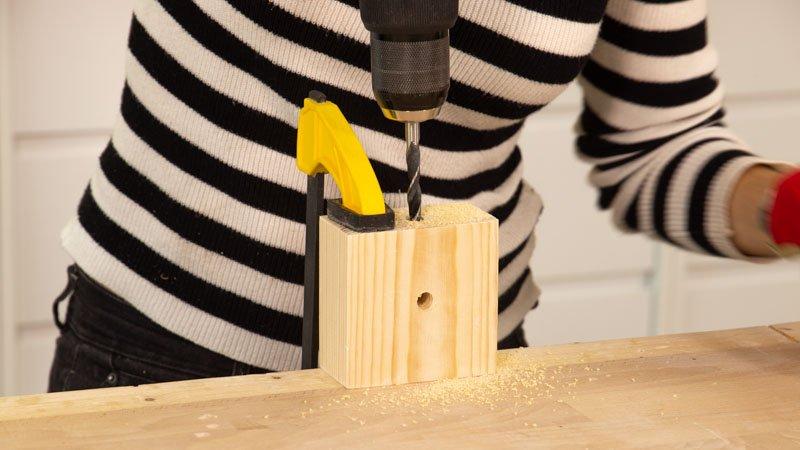 Hacer agujero lateral con el taladro para poner el cable de la lámpara.