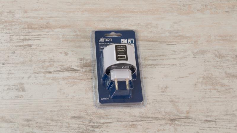 Adaptador USB de Simon Brico con soporte extraíble para el móvil