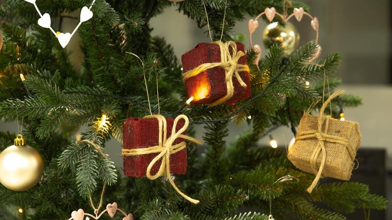 Adornos navideños originales: cómo hacer cajas de regalo para el árbol de Navidad