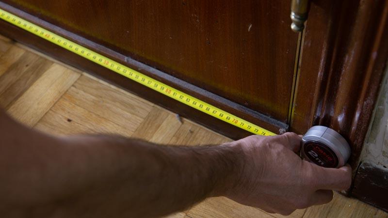 Medir puerta para cortar burlete de aislamiento