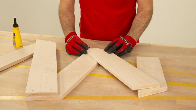 Pegar los listones de madera primero con cola blanca antes de atornillarlos.