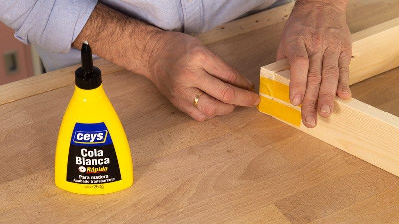 Asegurar la unión de las tablas para que se pegue bien con una cinta.