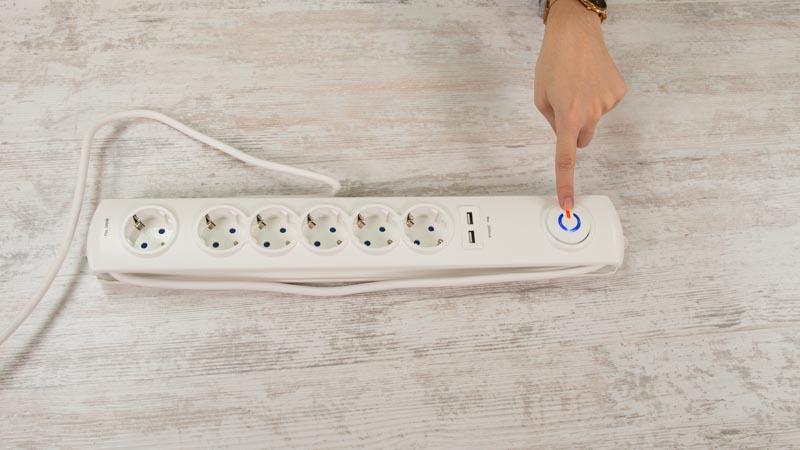 Botón luminoso de una regleta con USB de SImon Brico