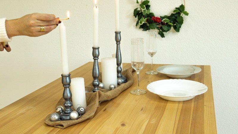 Candelabros metalizados para decorar una mesa de Navidad