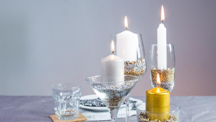 Centros de mesa DIY con copas y adornos metalizados