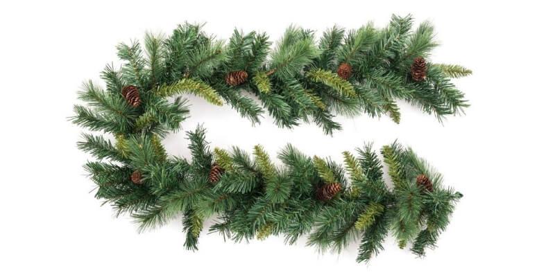 Decoración navideña con guirnalda con piñas