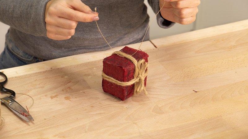 Colocar una cuerda para colgar el adorno de navideño en el árbol de Navidad