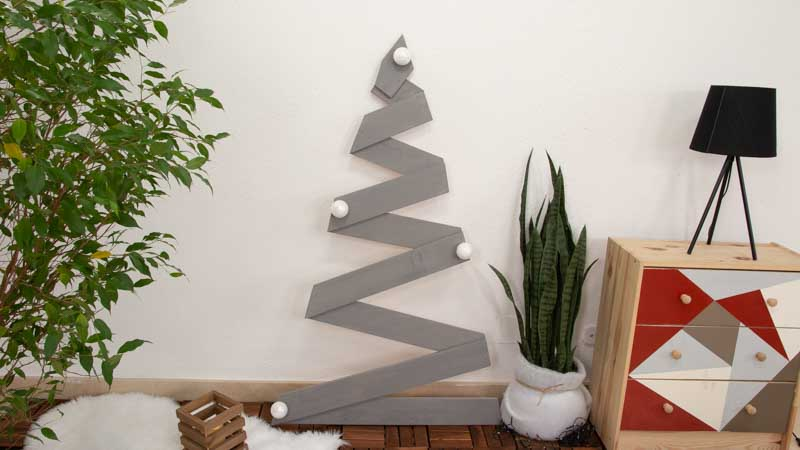 Cómo hacer un árbol de Navidad con listones de madera.