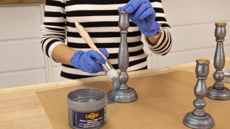 Cómo decorar candelabros con pintura plateada