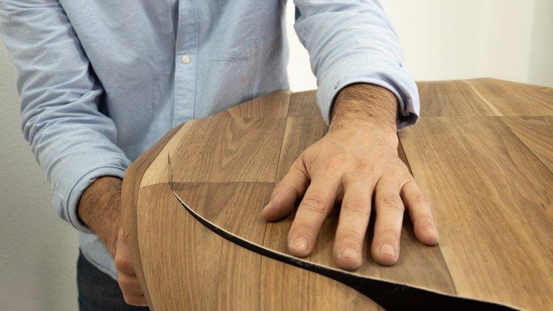 Recorta los trozos sobrantes del vinilo de la parte superior de la mesa