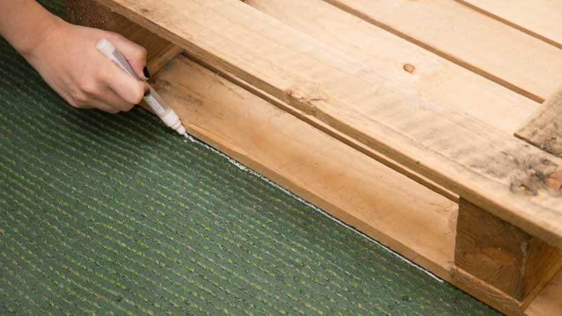 Marca la medida del palet en el césped de la mesa de centro