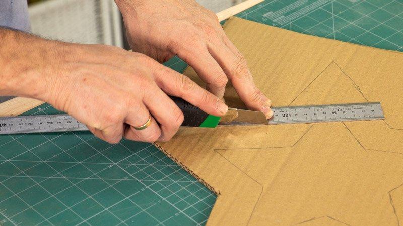 Cortar el cartón con forma de estrella.