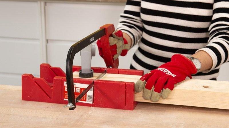Cortar con una sierra manual la base de madera de la lámpara.