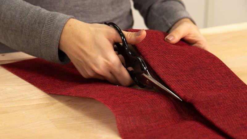 Cortar la tela para hacer el envoltorio de la caja de regalo.