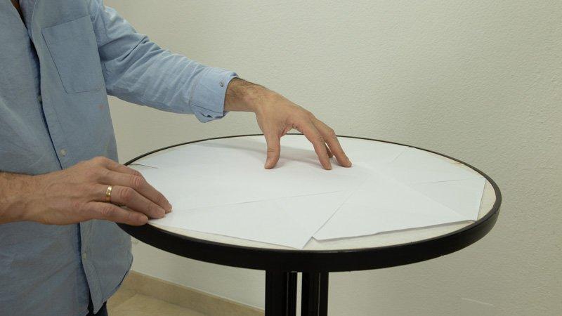 Cubre con papeles la parte de la mesa que no quieras pintar