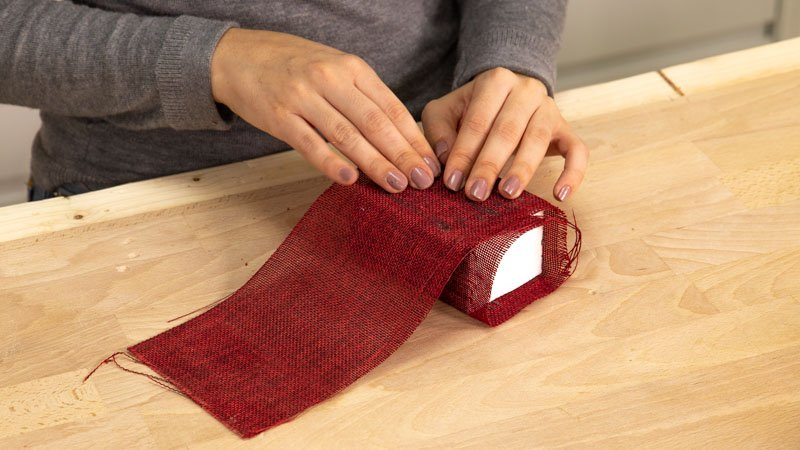 Poner la tela de arpi alrededor del cubo de porex.