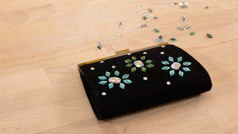 Cómo customizr un bolso de fiesta con piedras de colores