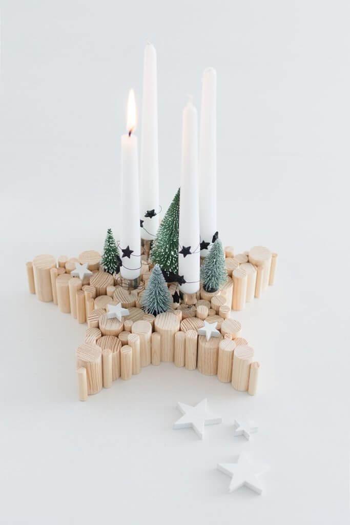 decoración navideña centro de mesa casero hecho con palos de madera y velas