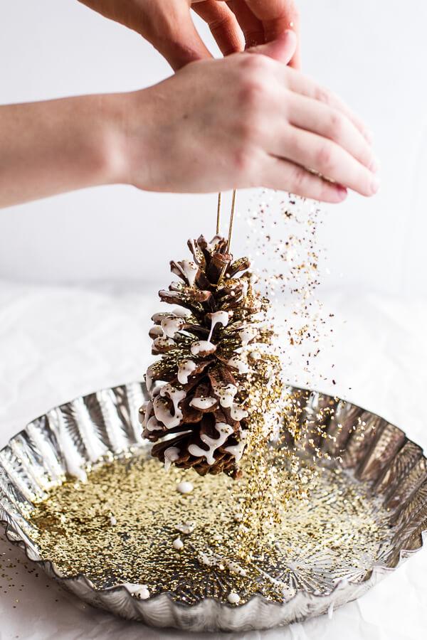 decoración navideña casera con piñas y purpurina