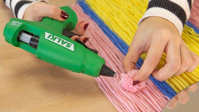 Pistola termoencoladora de Salki pegando lana