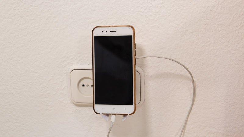 Adaptador USB con soporte para poner el móvil