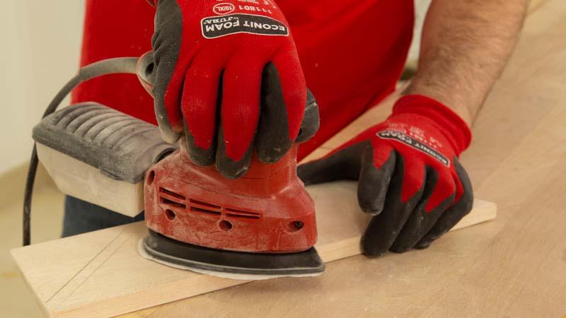 Lijar la madera para eliminar las rebabas de los listones de madera.