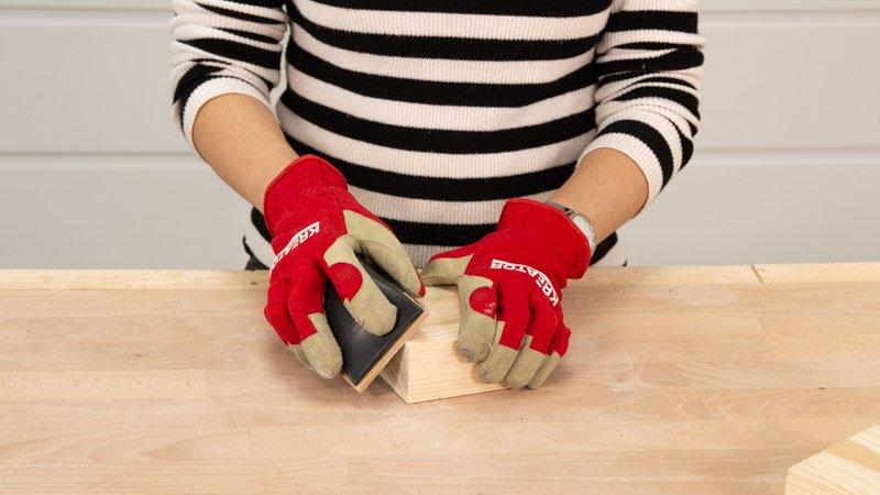 Lijar la madera para eliminar la rebaba.