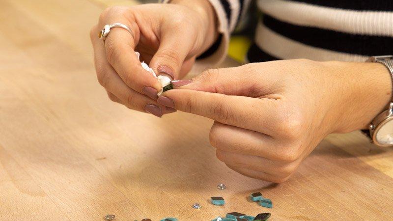 Limpiar las piedras con alcohol antes de pegarlas en el bolso.