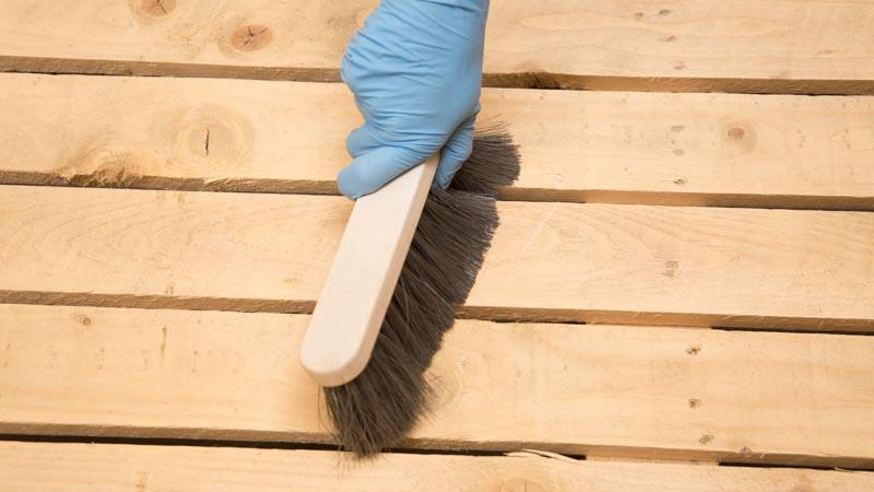 Limpia el palet con un cepillo