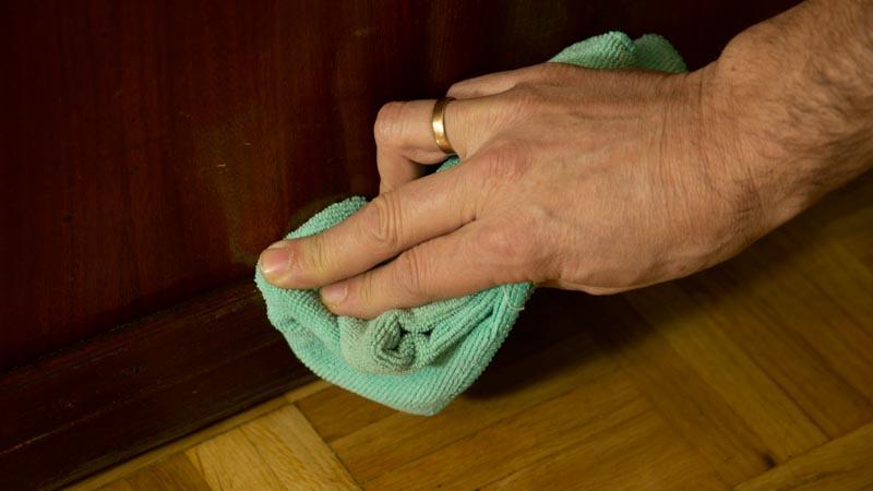 Limpiar puerta para pegar burletes