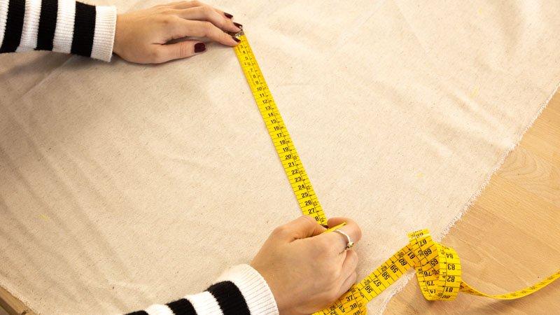 Medir las puntas triangulares de la estrella en la tela.