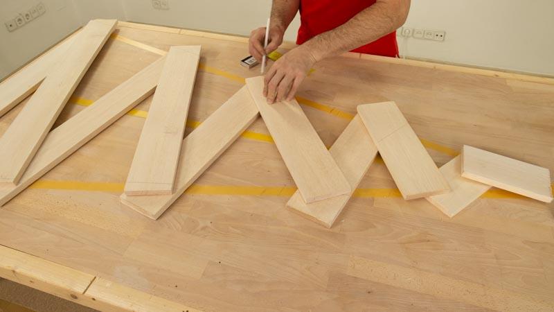 Medir con un lápiz la silueta del árbol en los listones de madera.