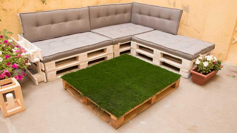 Mesa con palet y césped artificial