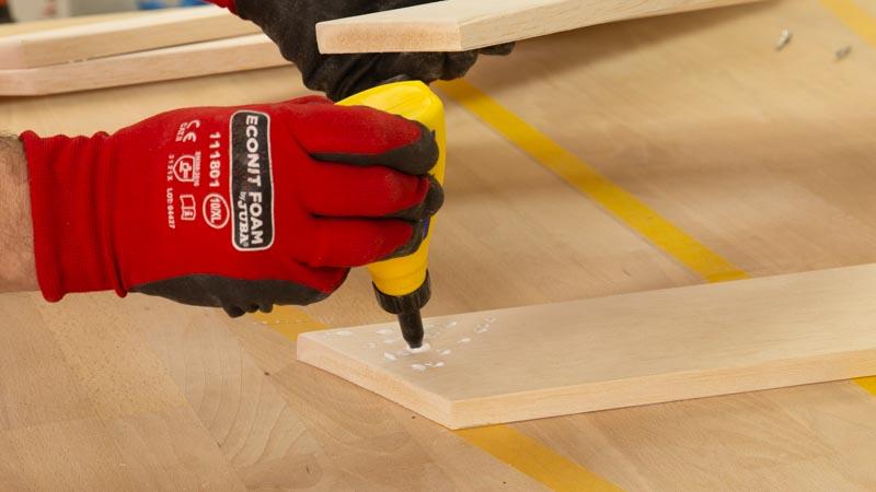 Poner cola blanca para pegar los listones de madera.