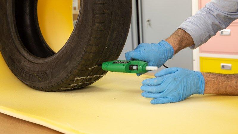 Pegado de la espuma a la rueda para hacer el puff casero
