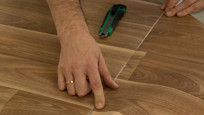 Une las piezas del vinilo de la parte superior como si fuesen una sola pieza para cubrir la mesa