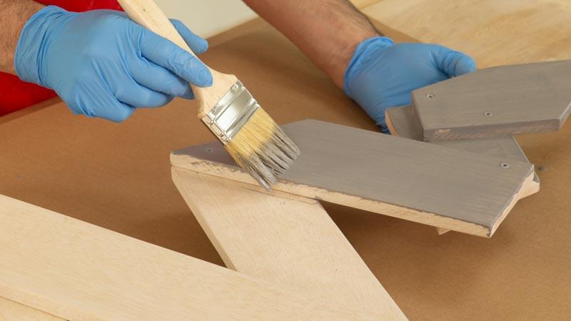 Pintar o barnizar los listones de madera del árbol de Navidad.