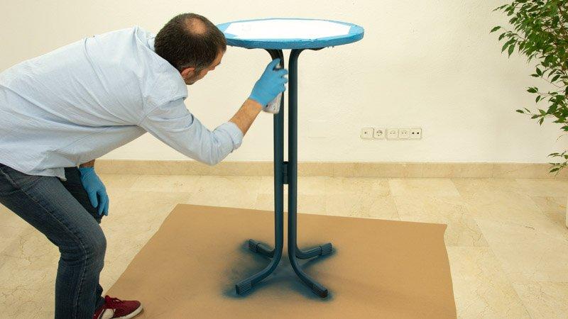 Pinta con el spray las patas de la mesa alta de bar