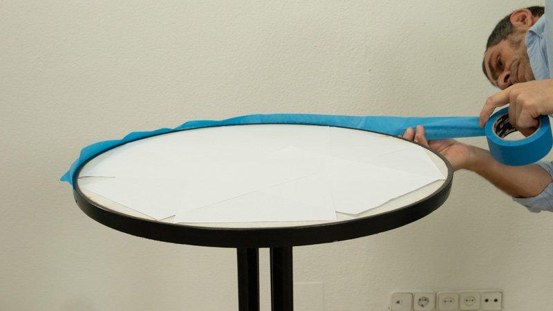 Coloca cinta de carrocero para proteger los bordes y la superficie de la mesa alta