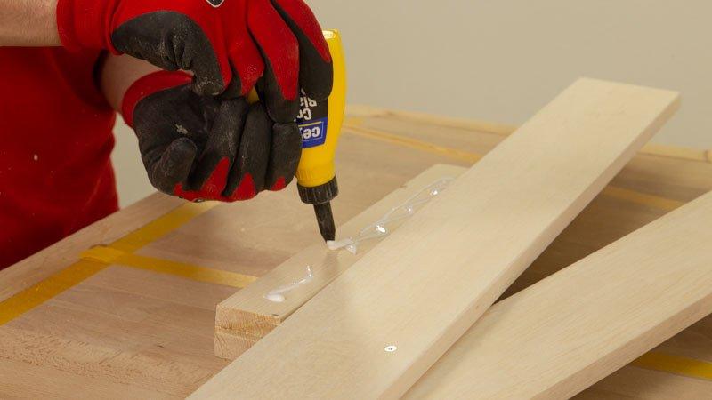 Poner cola blanca a la base de madera para asegurar la estabilidad del árbol.