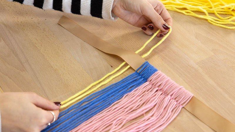 Poner las tiras de lana alrededor de un lazo
